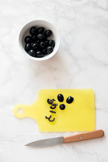 Come fare il ragno con le olive 3 - Ricetta Pizzette Ragno per Halloween