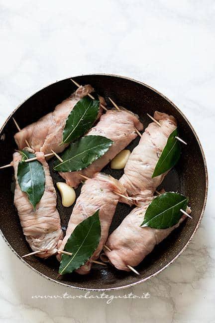 Cuocere gli involtini in padella - Ricetta Involtini di carne con funghi