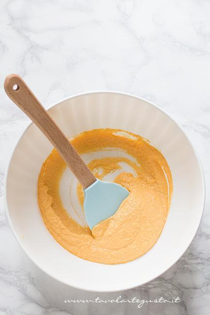 Frullare la zucca con l'olio e il miele - Ricetta Torta alla Zucca