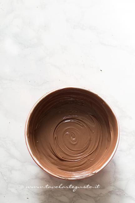 Il mix di cioccolati sciolti insieme alla nutella - Ricetta Torrone dei morti
