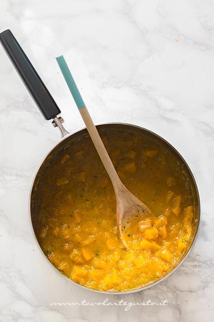 La zucca cotta, ormai stufata ridotta quasi in crema - Ricetta Pasta e Zucca