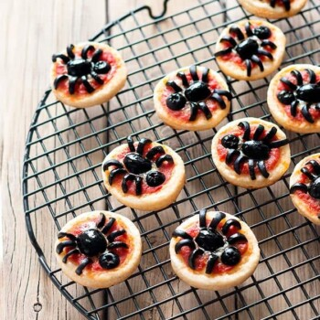 Pizzette Ragno per Halloween - Ricetta Pizzette Ragno