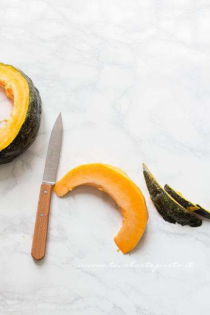 Sbucciare la zucca - Ricetta Torta alla Zucca