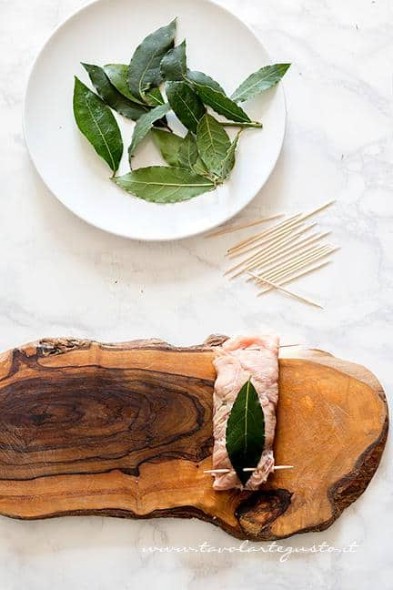 Sigillare l'involtino con stuzzicanti e foglia di alloro - Ricetta Involtini di carne con funghi
