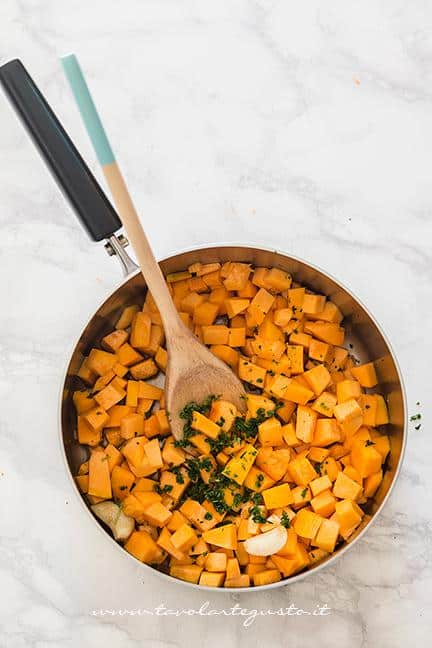 Soffriggere la zucca con olio aglio peperoncino e prezzemolo - Ricetta Pasta e Zucca