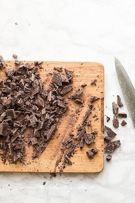 Tritare il cioccolato con un coltello - Ricetta Torrone dei morti