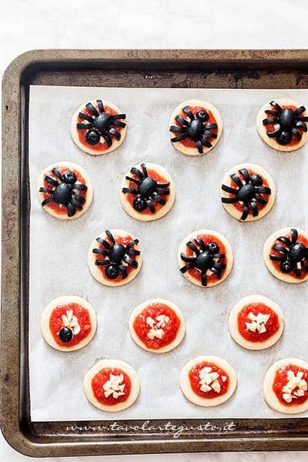 Tutorial per decorare le pizzette a forma di ragno (passaggio 1) - Ricetta Pizzette Ragno per Halloween