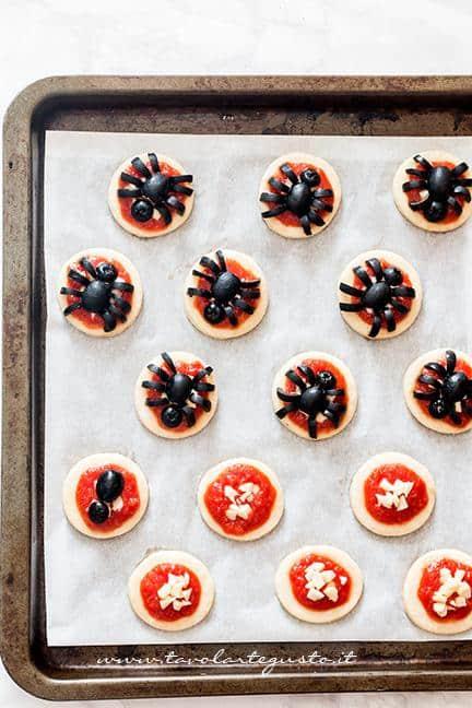 Tutorial per decorare le pizzette a forma di ragno (passaggio 2) - Ricetta Pizzette Ragno per Halloween