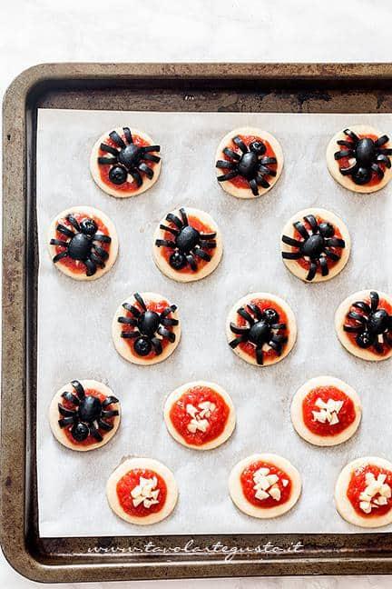 Tutorial per decorare le pizzette a forma di ragno (passaggio 3) - Ricetta Pizzette Ragno per Halloween