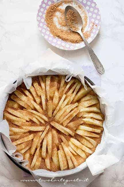 Aggiunger cannella e zucchero di canna in superficie - Ricetta Torta di mele senza burro