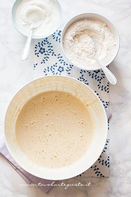 Aggiungere lo yogurt e la farina - Ricetta Torta di mele senza burro