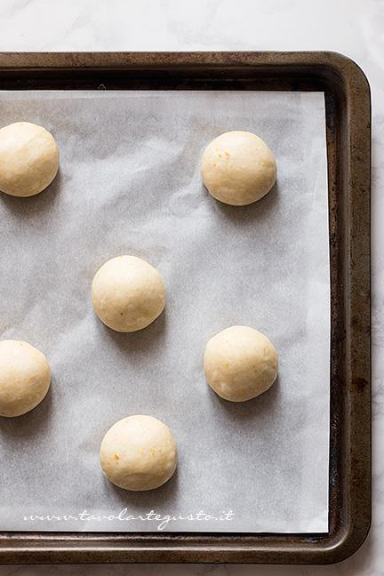 Brioches pronte per la lievitazione - Ricetta Brioche senza burro, senza uova e latte (Brioche all'acqua)