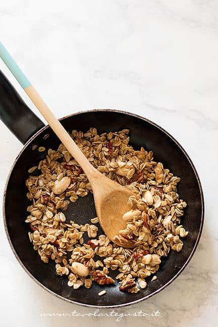 Cuocere (Tostare) in padella il Muesli (1) - Ricetta Muesli fatto in casa