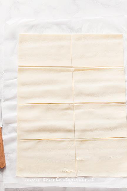 Dividere la pasta sfoglia in 8 rettangoli - Ricetta Sfogliatine di patate