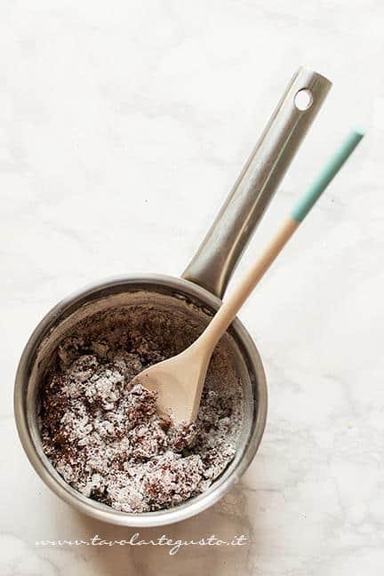 Girare il composto sul fuoco lento - Ricetta Crostata al Cioccolato