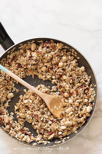 Mantecare iil mix di cereali e frutta secca con lo sciroppo - Ricetta Muesli fatto in casa