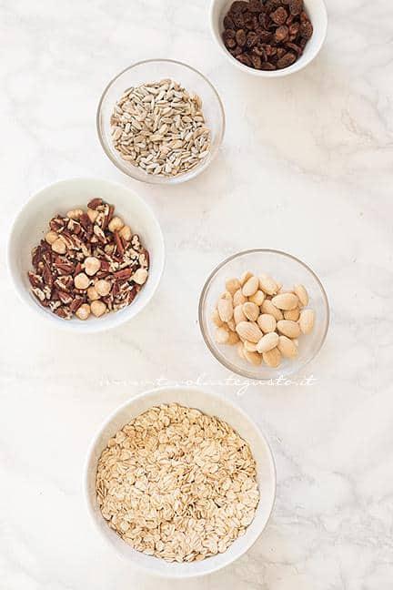 Pesare i cereali e la frutta secca - Ricetta Muesli fatto in casa