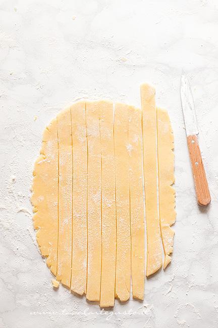 Tagliare le strisce decorative di pasta frolla - Ricetta Crostata al Cioccolato