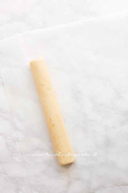 Come formare un salsicciotto con l'impasto 2 - Ricetta Biscotti all'arancia senza uova