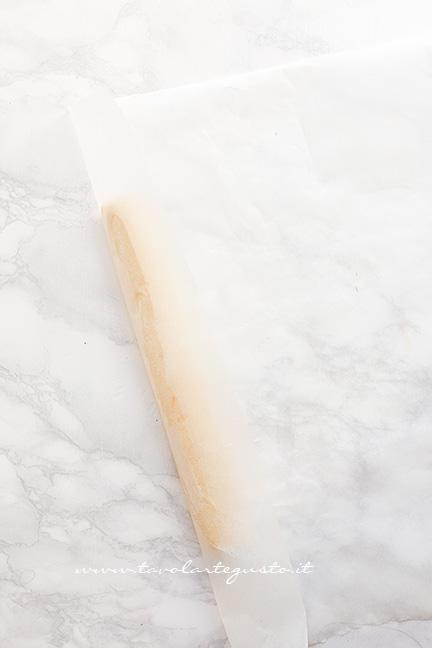Come formare un salsicciotto con l'impasto1 - Ricetta Biscotti all'arancia senza uova