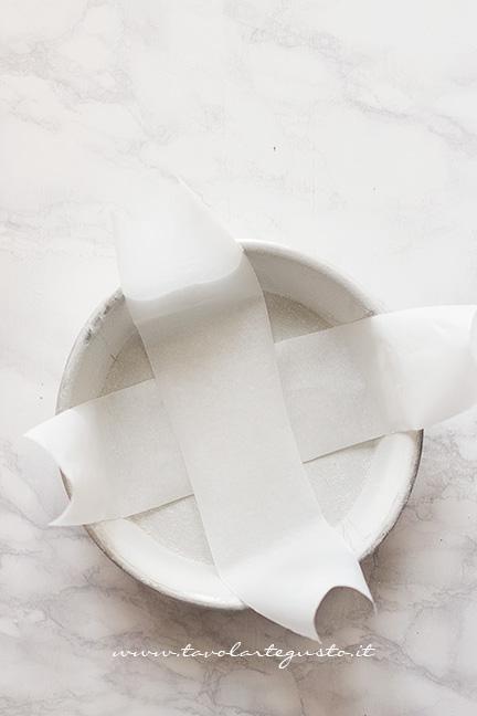 Foderare uno stampo con le strisce di carta da forno - Ricetta Crostata di frutta secca