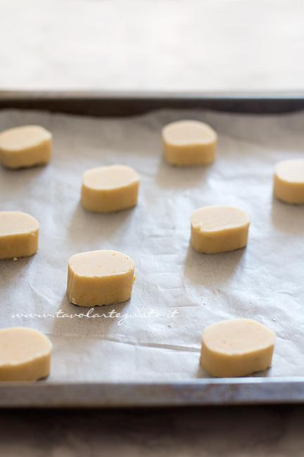 I Biscotti all'arancia pronti per essere infornati - Ricetta Biscotti all'arancia senza uova