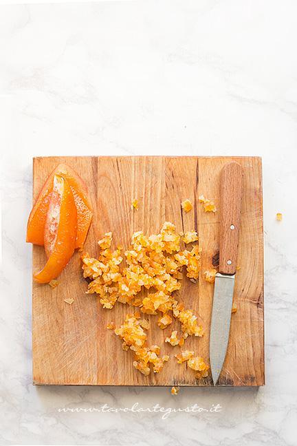 Sminuzzare la scorza di arancia candita - Ricetta Torta agli agrumi