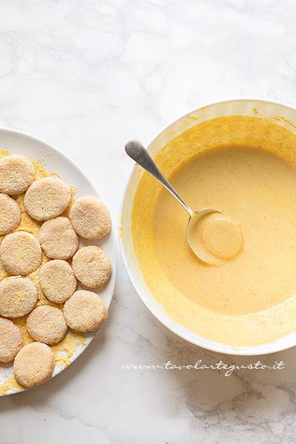 2 - Immergere le crocchette di pollo nella pastella - Ricetta Crocchette di pollo (Chicken Nuggets)