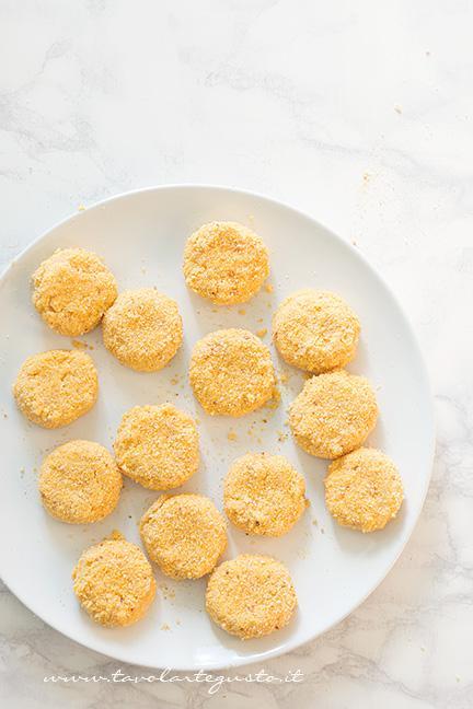3 - Ripassare le crocchette di pollo nel mix di farine - Ricetta Crocchette di pollo (Chicken Nuggets)