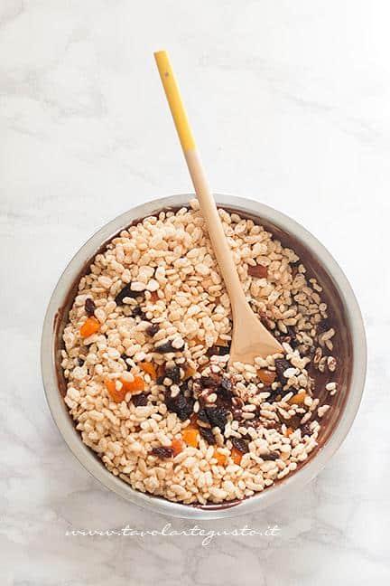 Aggiungere al cioccolato il riso soffiato e la frutta secca - Ricetta Barrette di riso soffiato e cioccolato