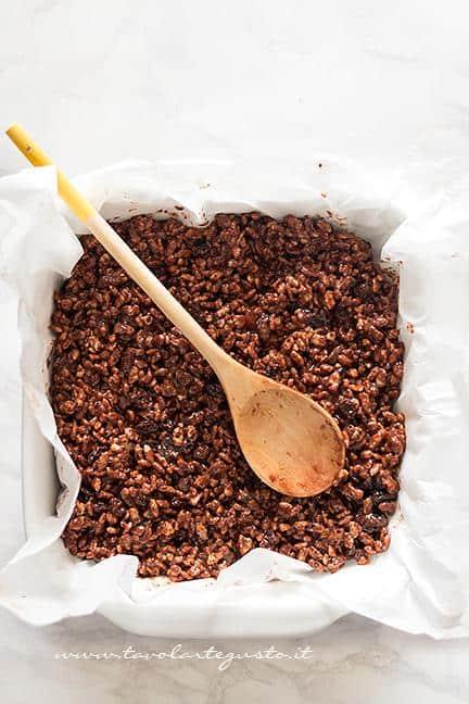 Aggiungere il composto in una teglia - Ricetta Barrette di riso soffiato e cioccolato