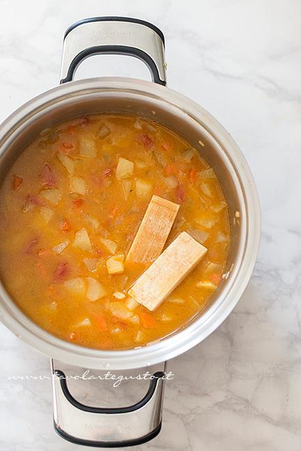 Aggiungere le croste di parmigiano - Ricetta Pasta e patate