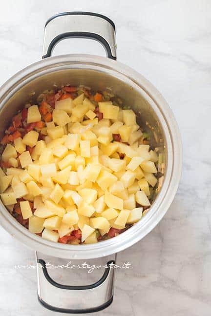 Aggiungere le patate - Ricetta Pasta e patate