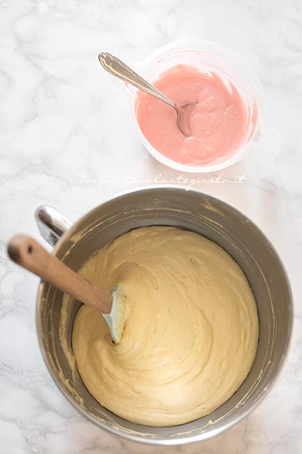 Colorare di rosa o rosso una piccola parte di impasto - Ricetta Plumcake con cuore a sopresa