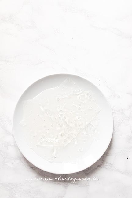 Mettere in ammolo la gelatina - Ricetta Caramelle Gelèe