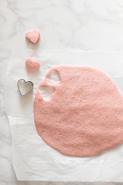 Ricavare i cuoricini dall'impasto rosa - Ricetta Plumcake con cuore a sopresa