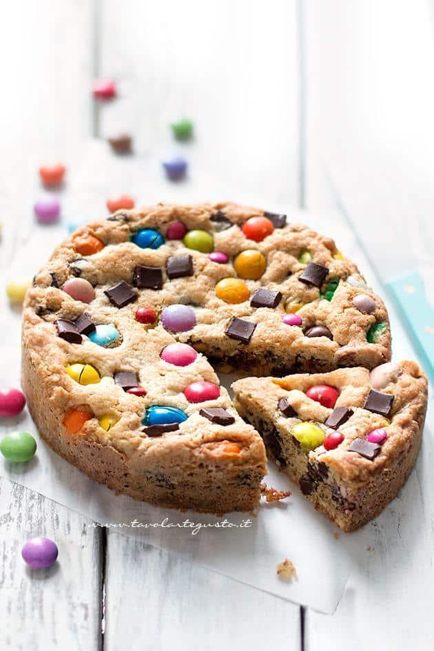 Ricetta Torta cookies - Torta Cookie con Smarties e M&M's -