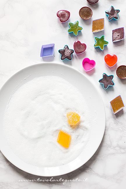 Ricoprire le Caramelle Gelèe con lo zucchero - Ricetta Caramelle Gelèe