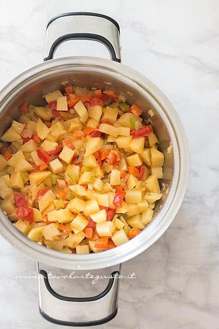 Rosolare le verdure e le patate - Ricetta Pasta e patate
