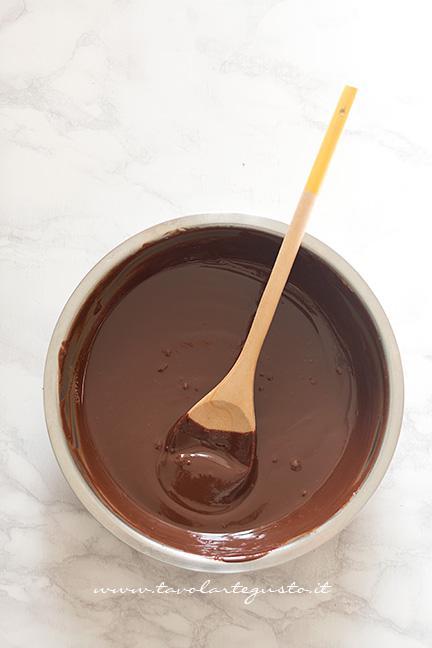 Sciogliere il cioccolato - Ricetta Barrette di riso soffiato e cioccolato