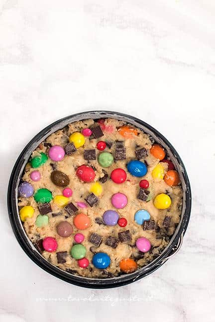Torta pronta per la cottura - Ricetta Torta Cookie con Smarties e M&M's