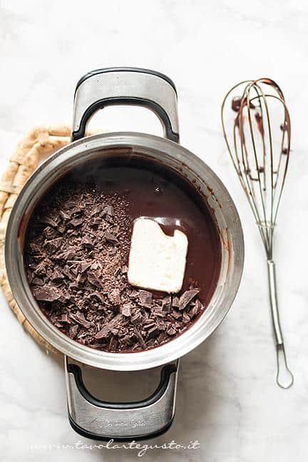 Aggiungere Cioccolato tritato e burro - Ricetta Sanguinaccio dolce al cioccolato