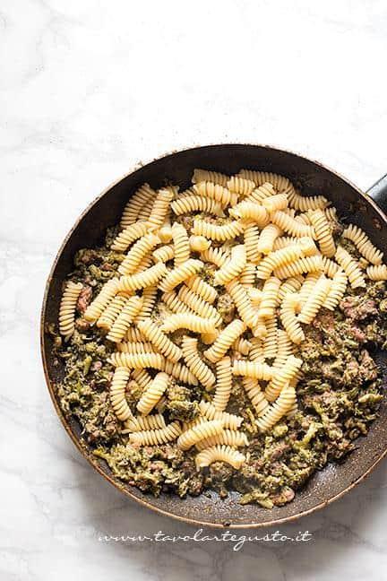 Aggiungere la pasta - Ricetta Pasta bro