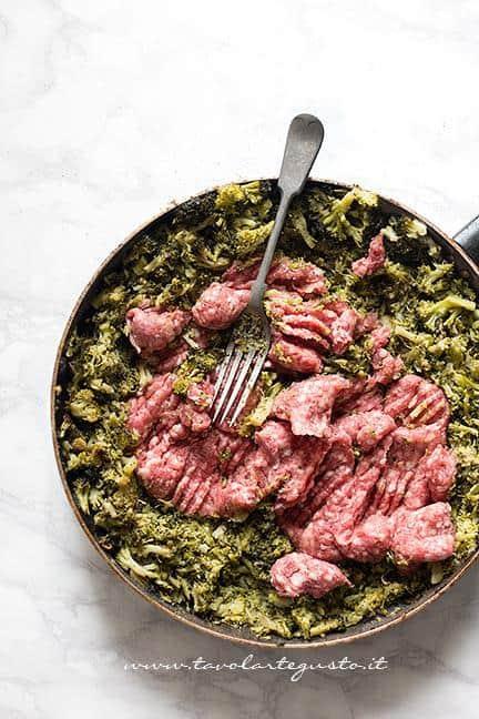 Aggiungere la salsiccia e schiacciarla con la forchetta - Ricetta Pasta broccoli e salsiccia