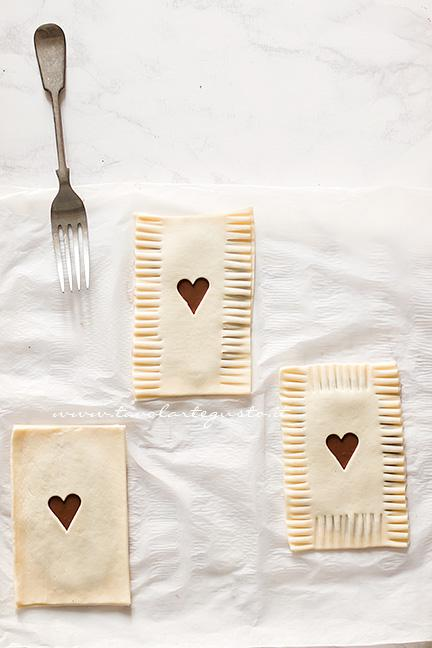 Chiudere le Sfogliatine con i rebbi di una forchetta - Ricetta Sfogliatine alla Nutella