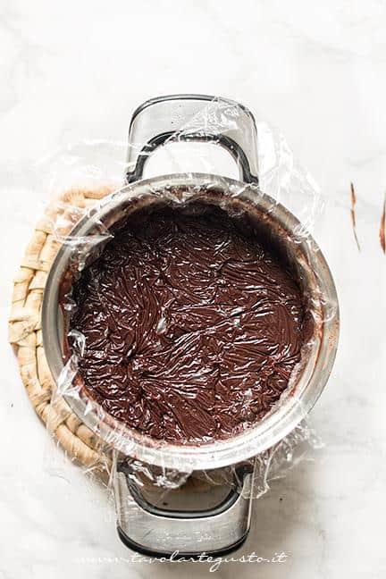 Coprire il Sanguinaccio con una pellicola- Ricetta Sanguinaccio dolce al cioccolato