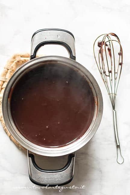 Fare addensare la crema sul fuoco - Ricetta Sanguinaccio dolce al cioccolato