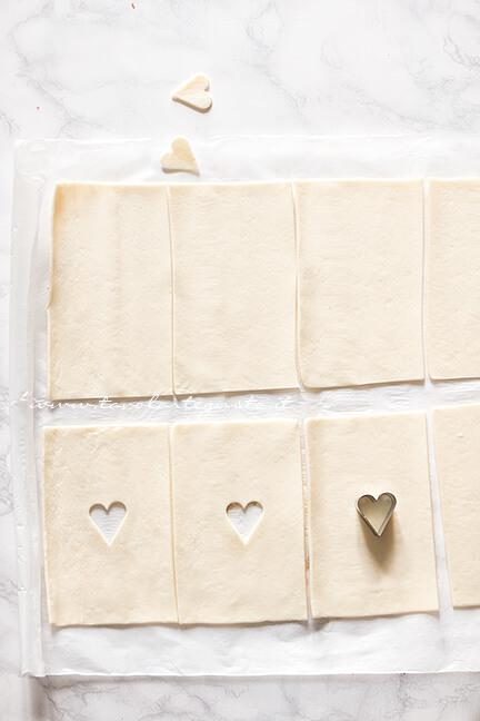Intagliare la metà delle sfogliatine con un cuore - Ricetta Sfogliatine alla Nutella