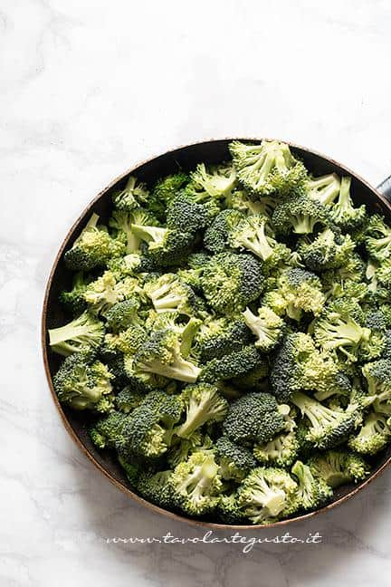 Saltare i broccoli in padella - Ricetta Pasta broccoli e salsiccia