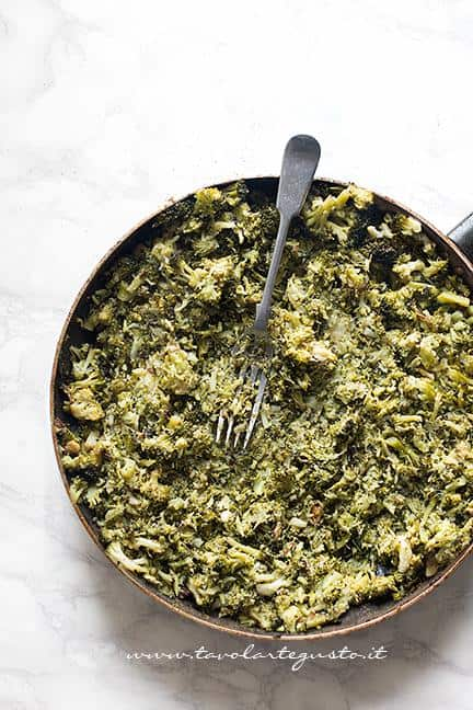 Sciacchiare con la forchetta i broccoli - Ricetta Pasta broccoli e salsiccia